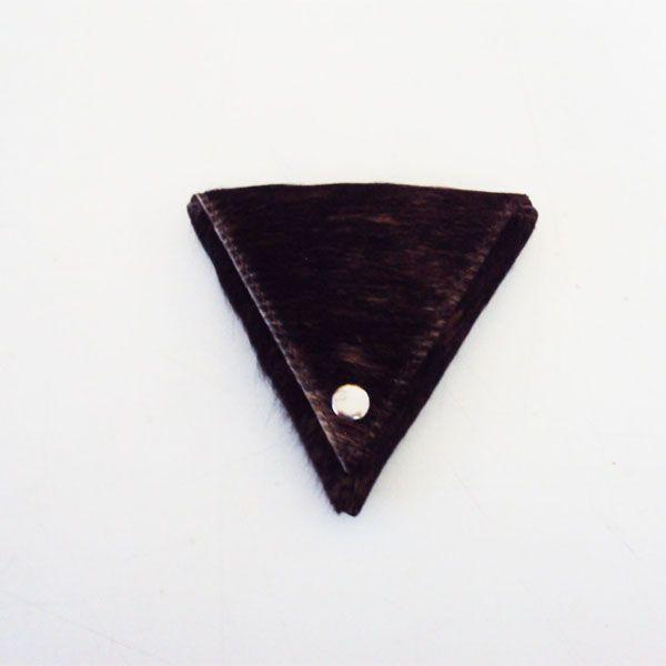 Ref: Monedero Triangulo Material: Cuero  Forro textil Medidas: 9.5 cm x 9.5 cm  Producto hecho a mano http://www.monicatejada.co/