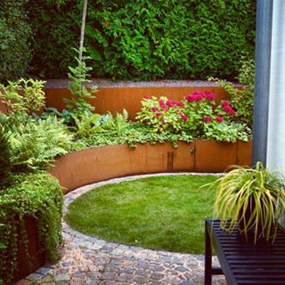 """Mitt favorithörn just nu, hortensia """"Masja"""", hosta och ormbunkar i massor My favourite corner right now, hydrangea """"Masja"""", hostas and ferns! #arkitektenstradgard #corten #gardenblog #gardenideas #trädgårdsinspiration #steel #gardenwall #trädgårdsdesign #minträdgård #patio #gardeninspiration #instagarden #hydrangea #ferns #ormbunkar #gardendesign #trädgårdsideer #uteplats #altan"""