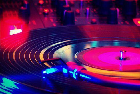 O seu pai é cool e gosta de música eletrónica? Ofereça-lhe um Workshop de DJ Especial Dia do Pai de 4 horas de duração e divirtam-se os dois a mexer nos pratos. Por apenas 24,99€. - Descontos Lifecooler
