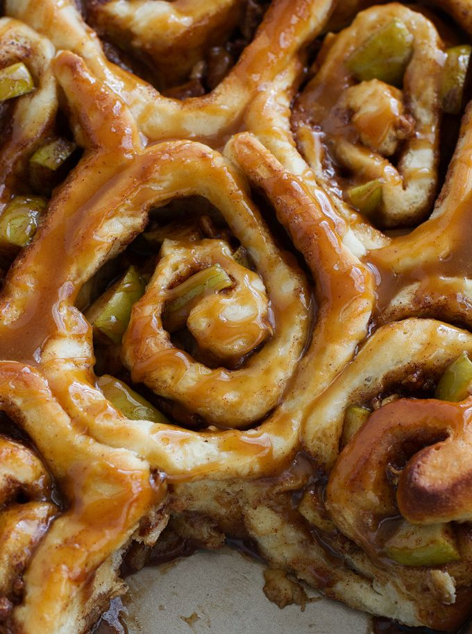Caramel Apple Cinnamon Rolls - Ready in 1 hour and perfect for fall saturday morning breakfasts! |littlespicejar.com #caramelapple #cinnamonrolls #fallrecipes
