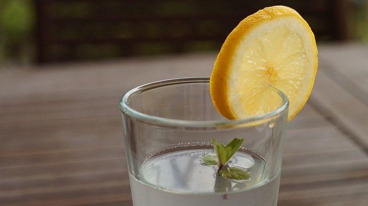 Die Zitrone deckt 64% des täglichen Bedarfs an Vitamin C und enthält auch viele Phytochemikalien wie Terpene und Polyphenole. Viele Experten sagen, dass der Tag mit Wasser und Zitronensaft begonnen werden sollte.  Um dies zu tun, koche Wasser, lass es ein bisschen abkühlen und füge Zitronensaft hi
