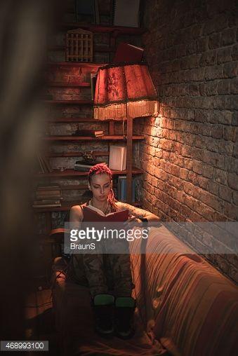 Mulher estudante com Rastafari relaxar em casa e estudar.