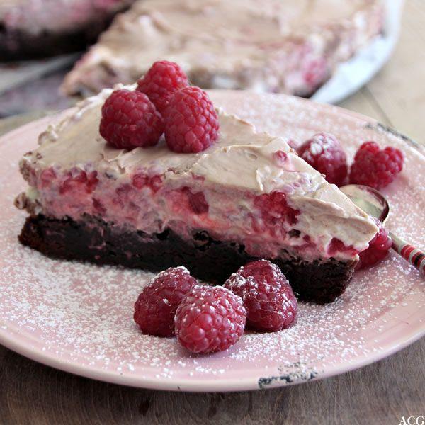 Marmorert ostekake med browniesbunn, bringebær og melkesjokolade (bakt bunn, fyllet skal stivne over natta) #cheesecake #raspberries #brownies #sjokolade #chocolate