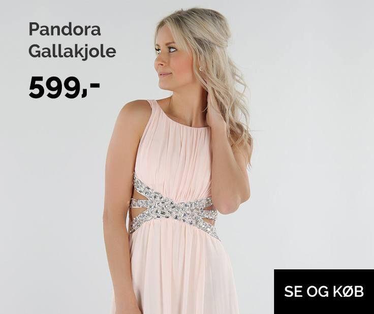 Underskøn gallakjole med plisseret stykke ved brystet samt perler ved halsudskæringen. Kjolen har taljebælte af smukke perler, og v åbning i siden som gør den ekstra feminin, samt et bredt smock stykke bag på som gør kjolen fleksibel i størrelsen. Der er