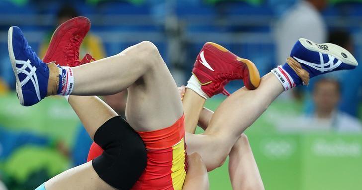 OLYMPICS-RIO-WRESTLING-W-53KG 2016 Rio Olympics - Wrestling - Repechage - Women's Freestyle 53 kg Repechage Round 1 - Carioca Arena 2 - Rio de Janeiro, Brazil - 18/08/2016. Yuliia Khavaldzhy Blahinya (UKR) of Ukraine and Zhong Xuechun (CHN) of China compete. REUTERS/Mariana Bazo