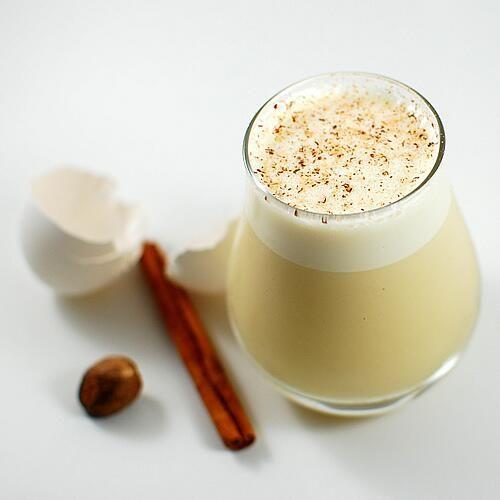 Le lait de poule est la boisson typique de Noël, un régal qui contient cependant de l'alcool. On peut cependant le faire sans pour tous.