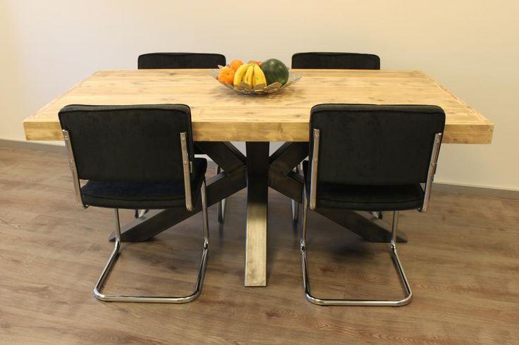 Table Marly de chez Pays Bois avec chaises Rib Ridge de chez Zuiver