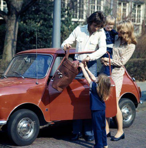 Auto's. Compleet gezin past in een kleine auto: de Mini. Nederland, jaren '60.