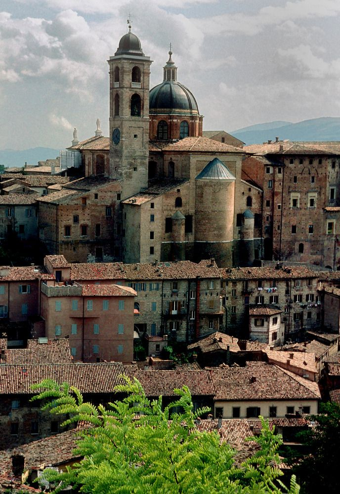 SACI art history field trips include the small hilltown of Urbino (Marche).  http://www.saci-florence.edu/17-category-study-at-saci/90-page-field-trips.php