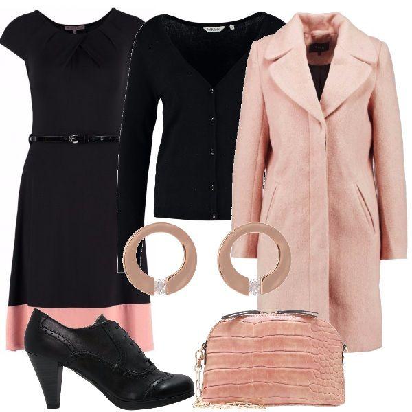 Per questo outfit: vestitino nero con scollo tondo, cinturina in vita e fascia rosa sul fondo, cardigan nero, cappottino rosa dal taglio minimal, francesine nere con tacco di media altezza, tracollina rosa e orecchini a cerchio rosé gold.