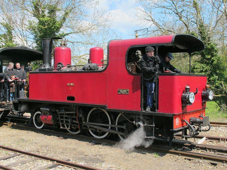 Locomotiva 130 T 1 chega à estação de Noyelles-sur-Mer, em 2013, nos Caminhos de Ferro da Baía de Somme, departamento de Somme, região administrativa da Picardia, França.  Fotografia: Didier Duforest.
