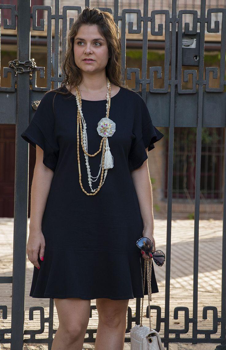 SimplySory, fashion blog: summer look, blue dress, beige sandals and bag SimplySory, blog de moda: look de verano, vestido azul, complementos en beige.