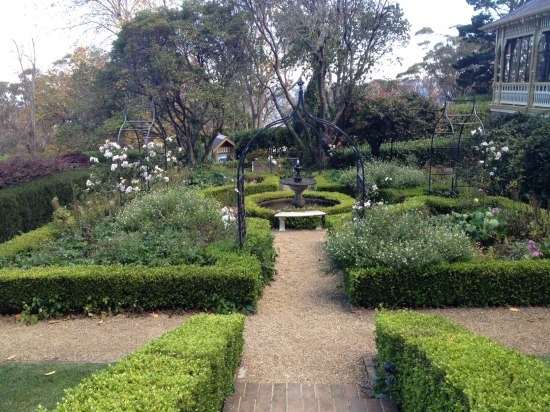 The garden in between the pool and the original homestead, Lilianfels