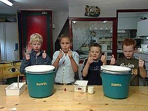 Van melk wordt kaas gemaakt. Wil je weten hoe? Kijk dan naar het filmpje.
