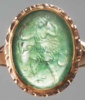 Roman, Early Empire  End first Century BC - early 1st Century AD  Ende 1. Jh. v. - Anfang 1. Jh. n. Chr.   Plasma, hellmoosgrün mit einem dunklen Einsprengsel. In moderner Goldfassung als Ring.