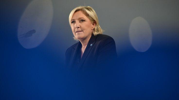 Selon son avocat, Marine Le Pen a été mise en examen ce vendredi pour abus de confiance, dans l'affaire des assistants parlementaires du FN au...
