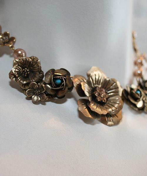 #collar#flores#doradas#noche#dia#elegancia#fashion#Elena Urrutia