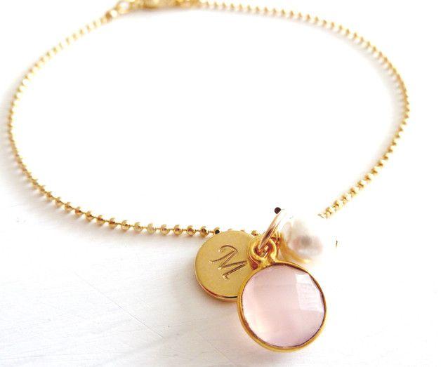 Ein ganz entzückendes Armband mit einem gefassten rosa Chalcedon aus vergoldeten 925 Silber, einer Muschelkernperlen und einem  vergoldetem Plättchen..  Auf dem Plättchen wird dein...