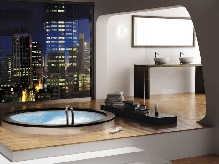 parquet stratifié salle de bain, pièce avec fenêtre surdimensionée et vue sur la ville, paroi en verre et plancher en bois