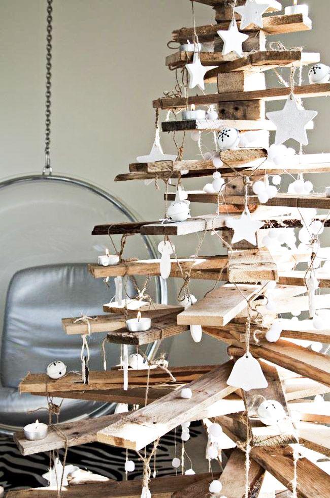 Un arbre de Noël en bois de palette. Ingénieux! Plus d'idées déco à faire soi-même pour Noël sur le site.