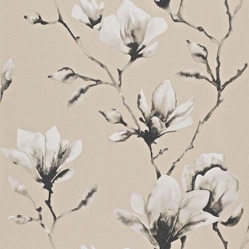 Magnifik magnolia i guldbeige och gråsvart från kollektionen Palmetto 110878. Klicka för att se fler inspirerande tapeter för ditt hem!