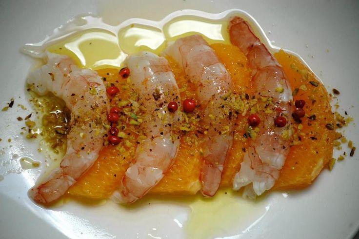 L'insalata di gamberi e arancia con granella di pistacchio e pepe rosa è un antipasto fresco e leggero, che si può proporre anche come contorno o come secondo piatto. Ecco la ricetta