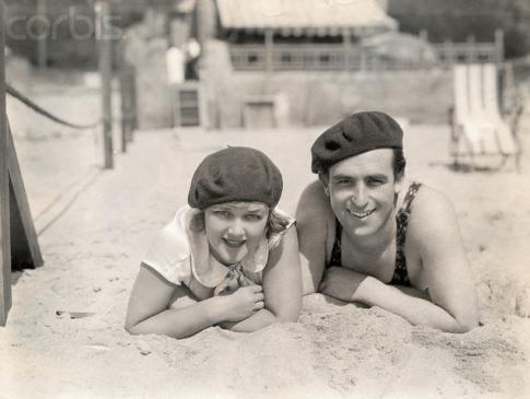 Милдред Дэвис, Гарольд Ллойд отдыха на пляже Си. 1920-х годов (через fyeah-haroldlloyd)