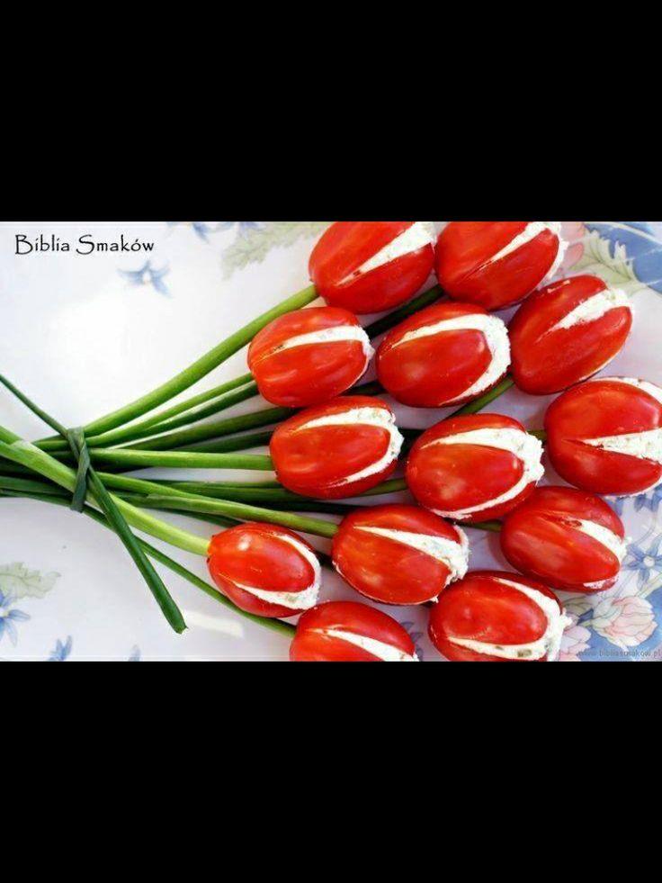 Tomaten mit Dip oder Schafskäse gefüllt und Stängel aus z.B. Frühlingszwiebeln