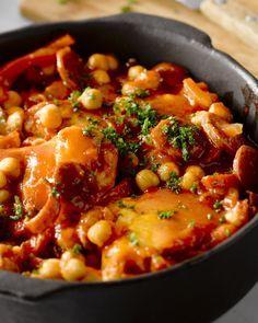 Een heerlijk Spaans getint winters stoofpotje met kip, kikkerwten, spek en chorizo. Serveer met couscous.