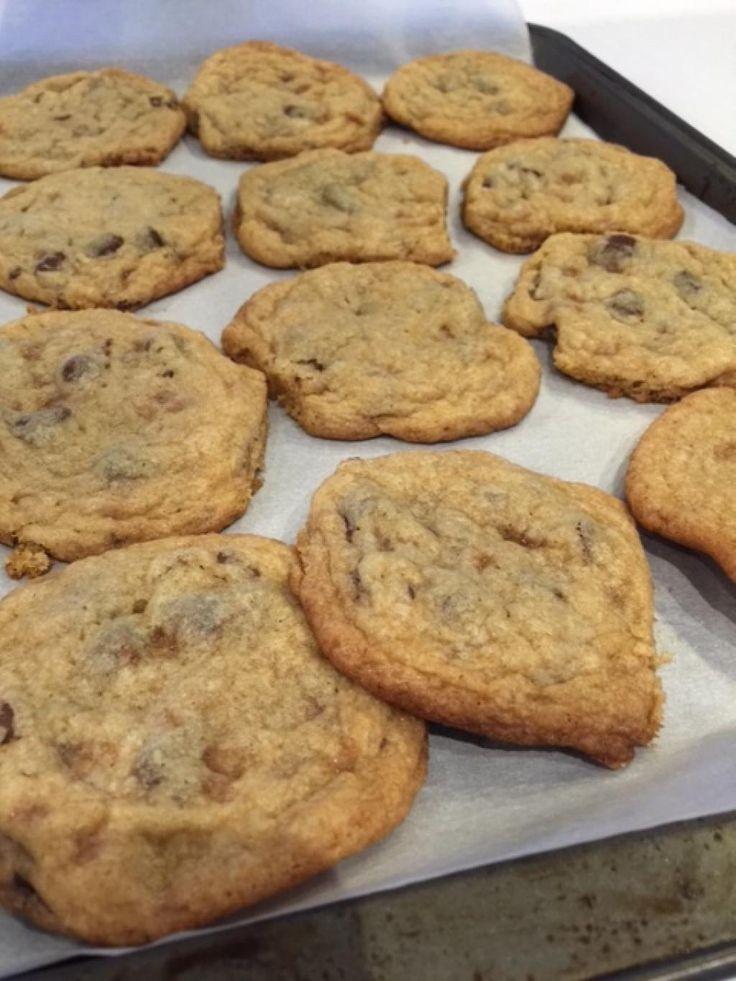 Biscuits tendres qui fondent irrésistiblement dans la bouche. Un beau petit péché mignon!!! Ce qu'il y a de bien avec cette recette, c'est qu'elle se congèle, donc vous pouvez vous sortir quelques biscuits à la fois, pour qu'ils soient toujours frais et c