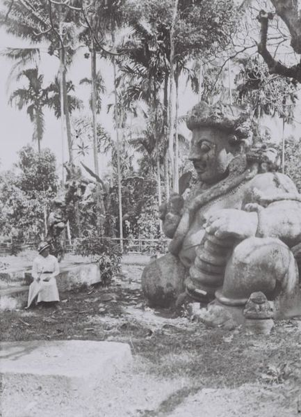 Anna Koorders with one of the two temple-guards in Singosari, East-Java. TROPENMUSEUM (02-08-1921)