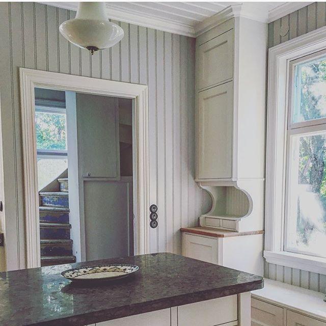 När vi tog bort plastmattan i trappan fick vi fram den vackra gamla färgen trappan hade från början. Den gråblå färgen är så fin så den får vi försöka återskapa. #sekelskifte #sekelskifteskök #renovering #herrgård #inredning #lantkök #inredningochdesign