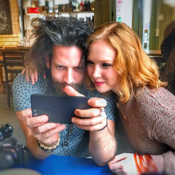 МОЛЛИ К. КУИНН | MOLLY C. QUINN— #news@molly_c_quinn | Новая фотография из #instagram Элана :  «life is about finding the right person to stare at your phone with»