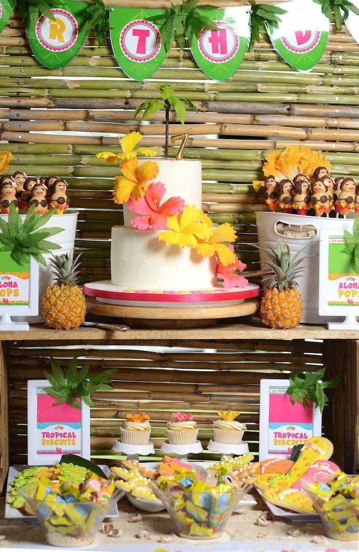 Conheça nossa super seleção com 70 ideias de decoração para ter uma festa havaiana incrível. Confira!