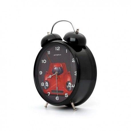 Flat Out Alarm Clock Model  Op voorraad Staat  Nieuw Ken je ook iemand die van auto's houdt, maar 's ochtends een beetje moeite heeft met opstaan? Als dat zo is, dan is de Flat Out Alarm Clock de juiste wekker om ze wakker te krijgen! Zodra het alarm afgaat op deze 30 cm grote alarm klok, worden de koplampen automatisch ingeschakeld en hoor je direct de V12 motor opstarten!