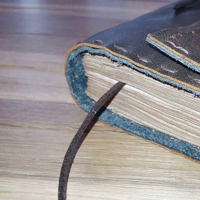 Кофейная бумага и коричневая кожа и серая замша, теплое сочетание для уютного ведения нужных записей. #fogood #handmadebook #leather #diary #leatherjournal #leathercraft #journal #handcrafted #green #brown #book #carnets #handmadegifts #handmadeloves #madeinmoldova #vscomoldova #chishinau #localsmd #ashadetare #блокнот #ручнаяработа #ялюблюблокноты