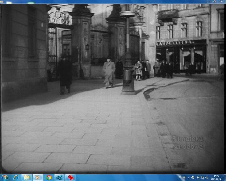 Z lewej: brama Pałacu Bruhla, w głębi: fragment kamienicy Wierzbowa 2 z cukiernią Lardellego