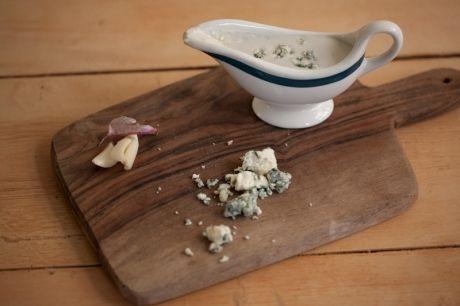 Molho de queijo azul para salada | Panelinha - 1 copo de iogurte natural (170 g) 3 colheres (sopa) de queijo azul (gorgonzola e roquefort) 1 dente de alho  1 pitada de sal  1 colher (chá) de molho inglês