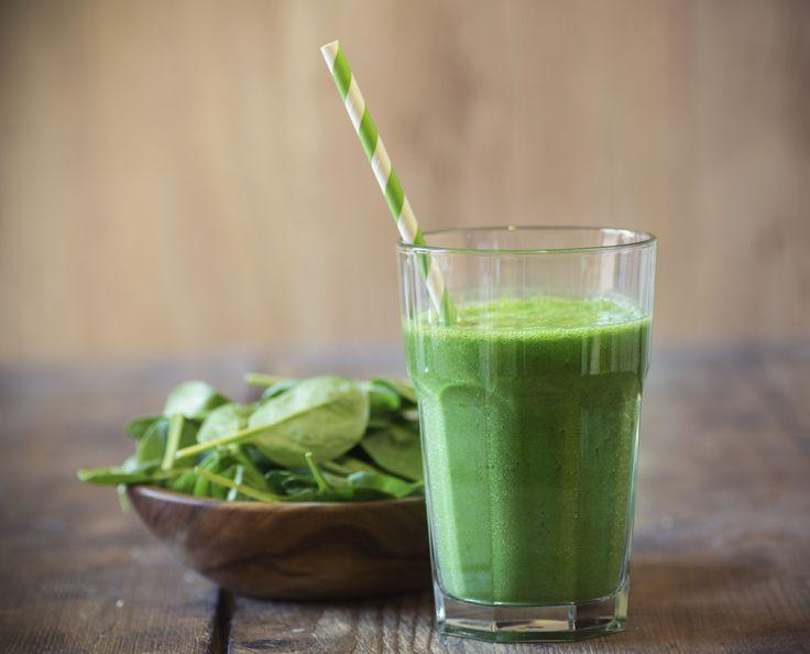 Green smoothies zijn drankjes van groenten & fruit, die je echt een kickstart geven. Fijn om de dag mee te beginnen, voor bij de lunch of als tussendoortje. Supergezond en massa's aan vitaminen & mineralen. Je kunt er natuurlijk in gooien wat je wilt, maar dit is onze favoriete mix. Blenden maar!