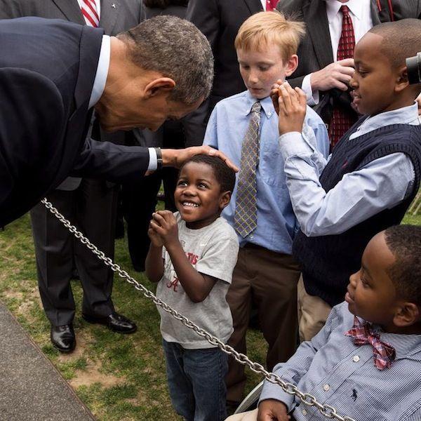 IlPost - Barack Obama con un bambino alla Casa Bianca, Washington DC, 15 aprile 2013.