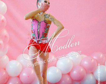 De handgemaakte turnpakje is gemaakt van stretch lycra, transparante mesh rok, versierd met pailletten.  Om uw turnpakje helder en aantrekkelijk te maken, raden wij u de keuze uit 1000 elementaire kristallen, maar je kunt ook Swarovski kristallen kiezen voor je jurk.  Het turnpakje kan worden genaaid op je kiest voor een dergelijke vorm van sporten zoals Ritmische Gymnastiek Leotard, Ice Kunstschaatsen Dress, Acrobatische Gymnastiek Gympak, Jumpsuit Costume of Dance Jurk. Type turnpakje u…