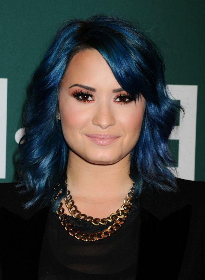Demi Lovato mit blauen Haaren, matte Lippen, pfirsich Rouge und Lidschatten, goldene Kette