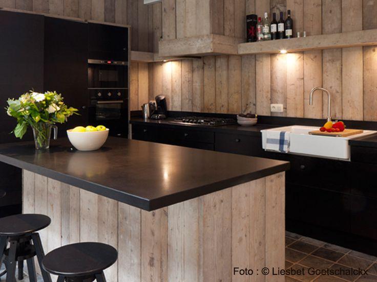 Keuken in gerecycleerd hout | Vakantiehuis voor 12 tot 14 personen Knokke-Heist België | ZaligAanZee