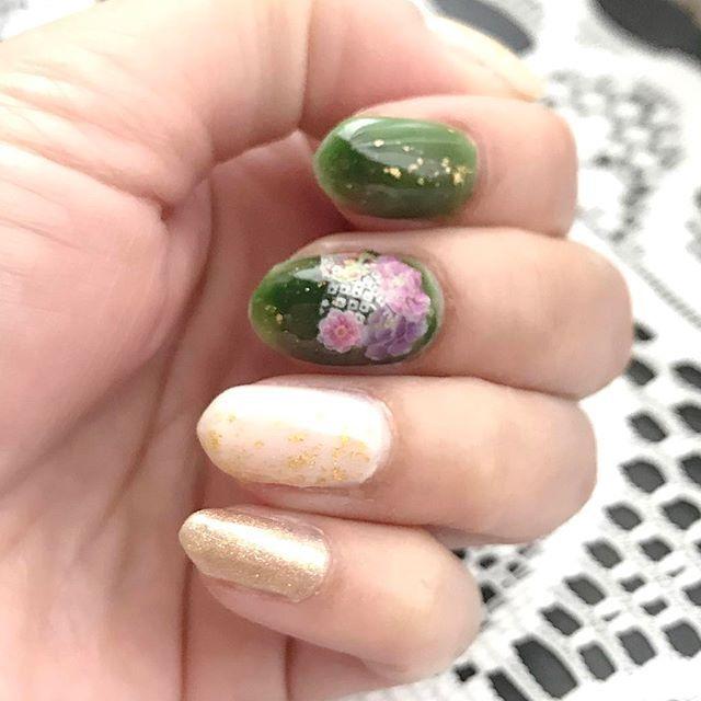・✞2017.1.9✞・ ・👘和ネイル第2弾👘・ 甘皮処理で出血してしまい、更に爪が折れてしまったので、 お正月に赤⇢緑(人差し指&中指)に塗りかえ時のを!💅🏻 緑の方が私的に落ち着きます(笑)😃 シールは赤の時より雑!😽 ・ ・ ・ ・ ❦ ❦ #nailholic・ (#GR702) ・ #リンメル・ (スモーキートップコート) ・ #マジョリカマジョルカ アーティスティックネールズ・ (BE 115) ・ #ducato・ (コンデンスミルク) ・ 金沢土産 (純金箔マニキュア) ・ ・ ・ ・ #和柄ネイル #和ネイル #金粉ネイル #シンプルネイル#プチプラネイル #ポリッシュ #ポリッシュネイル #ポリッシュ派 #適当ネイル #セルフネイル初心者 #簡単ネイル #セルフネイル #マニキュア #マニキュア派 #ネイル初心者 #ネイルデザイン #不器用 #写真下手#グリーンネイル #shortnail #polish #manicure #selfnail #네일아트 #매니큐어