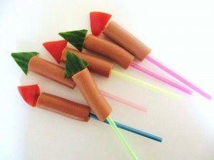 Traktatie spies Raket. Knakworst op een rietje of lange sateprikker, stukje komkommer of tomaat als de punt.