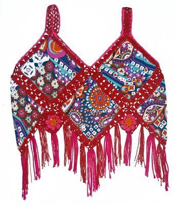 Blusa elaborada con tela estampada y tejido a crochet en hilos de colores rojo, rosado y naranja, talla 5 años