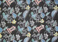 Batik Kudus motif Tiga Negeri, M motif batik ini memiliki sejarah yang sangat unik. Karena dalam proses pembuatannya, dilakukan di tiga negeri (daerah). Pemakaian warna dalam proses pembatikan di yang berbeda. Warna merah dilakukan di Lasem, biru dan violet di Kudus dan Pekalongan. Untuk warna Soga dan Hitam, dilakukan di Solo dan Jogja.