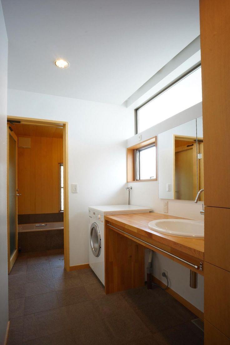 洗面室から浴室まで、同じタイルを張り、浴室の壁にはヒバの板張り、ドアもヒバのガラス戸として、ぬくもりを感じられるバスルームになっています。<br /> 家族分の下着の入る収納を用意してあります。 専門家:小島建一が手掛けた、広くて明るい洗面室と浴室(逗子の家―気持ちの良い場所)の詳細ページ。新築戸建、リフォーム、リノベーションの事例多数、SUVACO(スバコ)