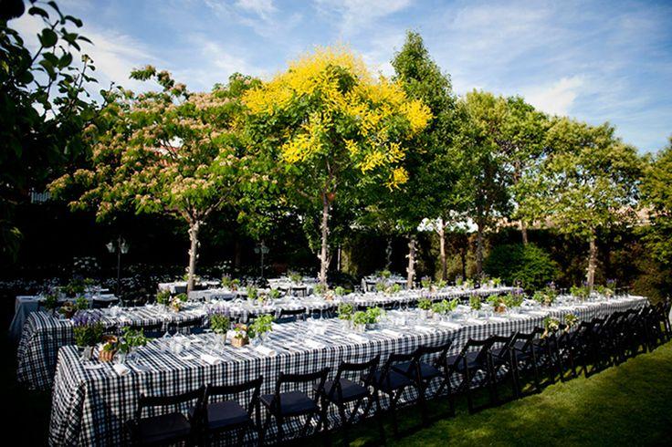 Mesa con centros de flores en cubos de zinc y cestas de mimbre (Foto: Photoframe)