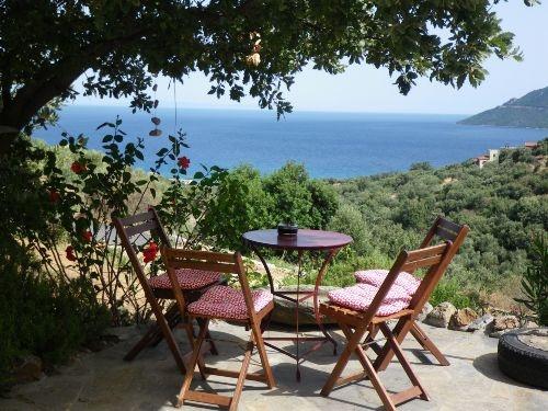 Ferienhaus mit Meerblick in Griechenland (Peloponnes). Frühstücksplatz mit Aussicht ...